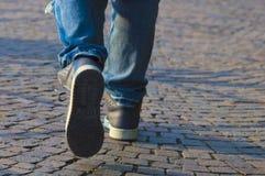 Personne marchant avec des espadrilles et des jeans Photos libres de droits