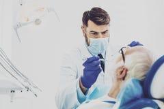 Personne masculine attentive regardant des dents Photos stock