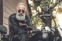 Personne masculine d'heureux aîné à l'aide de la motocyclette Photo libre de droits