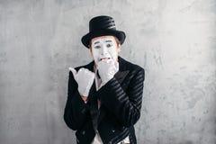 Personne masculine imitatrice avec le masque blanc de maquillage images stock