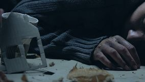 Personne mettant l'argent dans la tasse avec la maison de papier, pauvre homme priant pour le loyer à la maison banque de vidéos