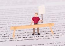Personne minuscule démontrant pour ses droites images libres de droits