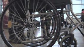 Personne poussant le fauteuil roulant banque de vidéos