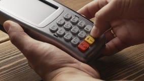 Personne poussant le paiement par carte de crédit de bouton et de grand coup sur le terminal de position clips vidéos