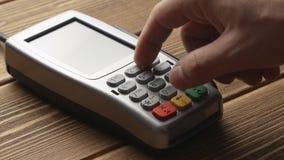 Personne poussant le paiement par carte de crédit de bouton et de grand coup sur le terminal de position banque de vidéos