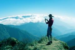Personne prenant le paysage de montagne de photo au téléphone d'appareil-photo photos libres de droits