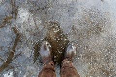 Personne regardant des chaussures dans la boue Photo libre de droits