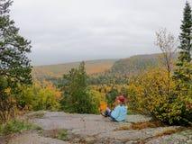 Personne regardant les arbres colorés d'automne à partir du dessus d'Oberg Mounta image stock