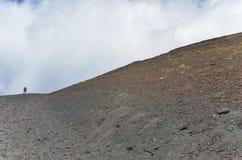 Personne s'élevant sur le cratère d'Etna Vulcano Silvestri de bâti Image stock