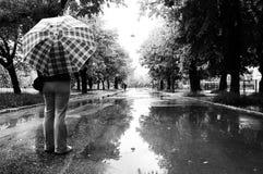 Personne se tenant avec le parapluie Image libre de droits