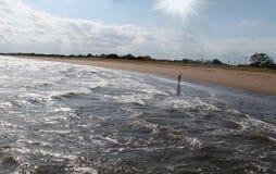 Personne seule marchant le long de la plage Image libre de droits