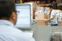 Personne sur le terminal d'ordinateur dans l'entrepôt de distribution Photographie stock libre de droits