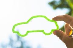 Personne tenant la voiture verte d'eco images libres de droits