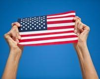 Personne tenant le drapeau des USA Photo stock