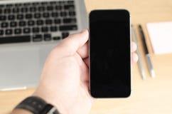 Personne tenant le smartphone Images libres de droits
