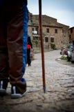 Personne tenant une canne visitant une ville en Europe image stock