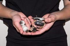 Personne tenant une prise électrique endommagée avec une paire de fusibles Photos stock