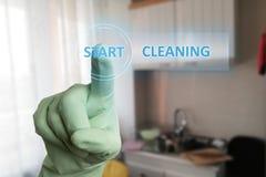 Personne touchant le bouton de nettoyage de début sur l'écran photo libre de droits