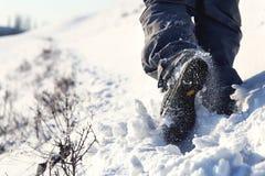 Personne trimardant sur le sommet de montagne couvert de vue d'angle faible de neige photos stock