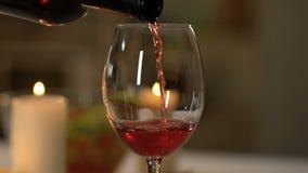Personne versant le vin rouge en verre, sorte d'élite, approvisionnant dans le restaurant de luxe clips vidéos