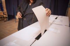 Personne votant au bureau de vote Image libre de droits