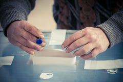Personne votant au bureau de vote Images libres de droits