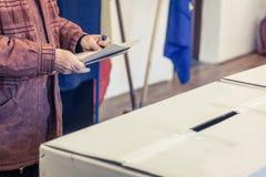 Personne votant au bureau de vote Photos libres de droits