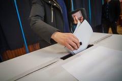 Personne votant au bureau de vote Photographie stock libre de droits