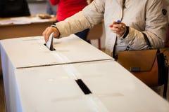 Personne votant au bureau de vote Photographie stock