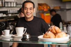 Personnel actif dans la cuisine de restaurant photos libres de droits
