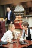 Personnel administratif de deux amies en café sur a Images libres de droits