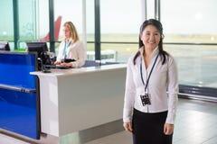 Personnel au sol regardant parti tandis que collègue travaillant l'aéroport REC image stock
