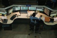 Personnel au travail dans la salle de commande sur une usine chimique Images libres de droits