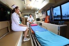 Personnel d'équipe de délivrances de secours dans la voiture d'ambulance Photos stock