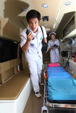 Personnel d'équipe de délivrances de secours dans la voiture d'ambulance Image stock