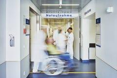 Personnel d'équipe de fauteuil roulant de médecin d'admission de secours images stock