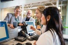 Personnel de Holding Passport While de femme d'affaires travaillant à l'aéroport Images stock