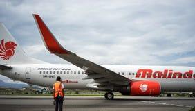 Personnel de lignes aériennes et d'entretien de Malindo qui réalisant son travail, Bandung Indonésie photographie stock