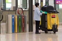 Personnel de nettoyage à l'aéroport terminal Photographie stock