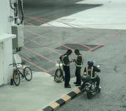 Personnel de piste dans la veste réfléchie photo stock