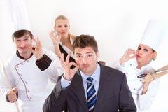 Personnel de restaurant exprimant le deliciousness Images stock