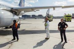 Personnel de secours d'aéroport sur le macadam Images libres de droits