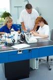 Personnel dentaire dans le laboratoire images libres de droits