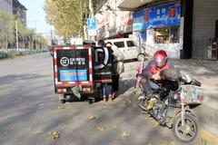 Personnel des marchandises de la livraison express de shunfeng sur la livraison de bord de la route Image stock