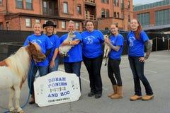 Personnel des poneys et du zoo rêveurs, posant avec des animaux, 30ème centre de la ville de Saratoga de célébration d'anniversai Photos stock