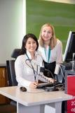 Personnel féminin de sourire au bureau d'enregistrement d'aéroport photo libre de droits