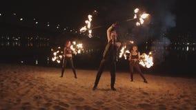 Personnel flamboyant de roulement d'homme pendant l'exposition du feu de nuit banque de vidéos