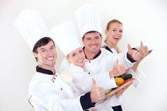 Personnel heureux de restaurant faisant des gestes des pouces vers le haut Photo stock