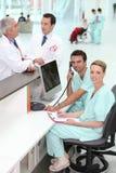 Personnel hospitalier à la réception images libres de droits