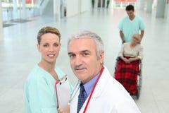 Personnel hospitalier dans le couloir photographie stock libre de droits